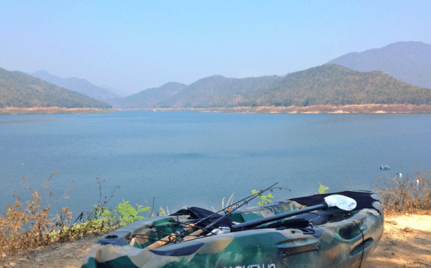 Fiskeri  med kastenet i floden, Ping, i det nordlige Thailand, Chiang Mai