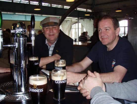 Kristian Pihl Lorentzen ses her på hjemmebane i Ans Øl- og Whiskeydrikkerlaug, hvor man sværger til rigelige mængder af Guinness' fadøl og irsk whiskey