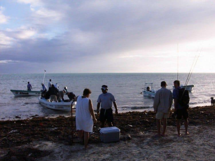 Der lastes madkasser til dagens fisketure. Fire mand pr båd: to guider og to lystfiskere